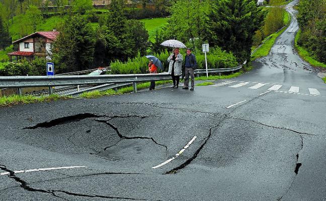 La tierra cede tras las abundantes lluvias y provoca derrumbes y cortes de carretera