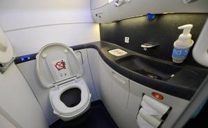 Pagar por ir al baño en el avión