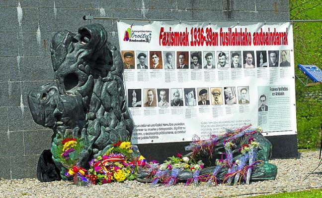 Oroituz recuerda a las víctimas del franquismo en el Día de la República