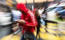Le reducen en 30.000 euros la indemnización por una caída en la calle por ir mirando el móvil