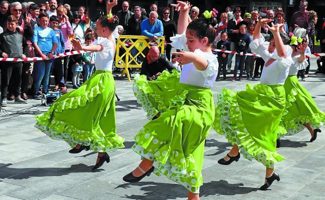 Gran ambiente festivo en Sasoeta por la celebración de la I Feria de Abril
