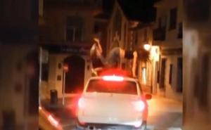 Pilladas bailando sobre el techo de un coche en marcha