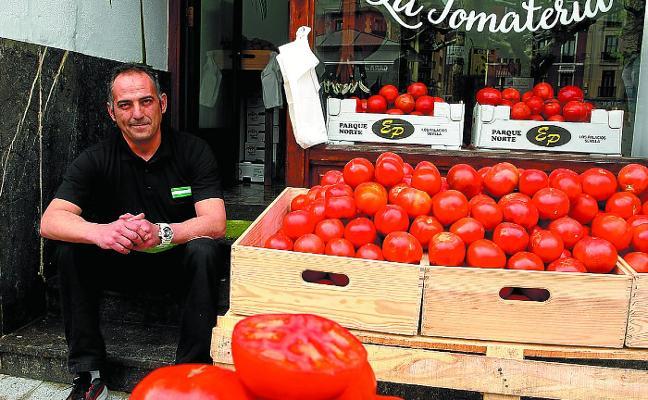 Roberto González Moreno: «El tomate necesita agua desde abajo, desde la tierra, no por arriba»
