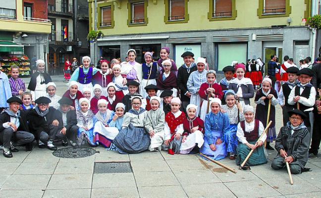 Más de un centenar de bailarines en el II Dantzari Txiki Eguna
