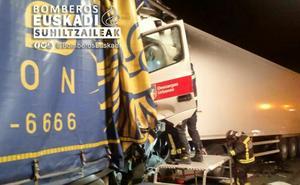 Un accidente entre dos camiones provoca de madrugada el corte de la AP-8 en Donostia