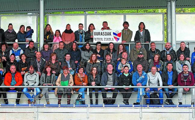 148 padres de la Escuela de Fútbol dan su apoyo a Touring Berria