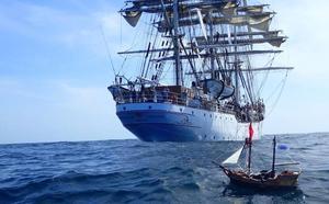 Un navío de juguete atraviesa el Pacífico