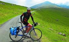 Ander Izagirre pedalea por la memoria, las leyendas y las cimas del Pirineo