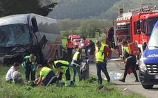 Dos muertos y varios heridos graves al chocar un coche y un autobús con destino Donostia