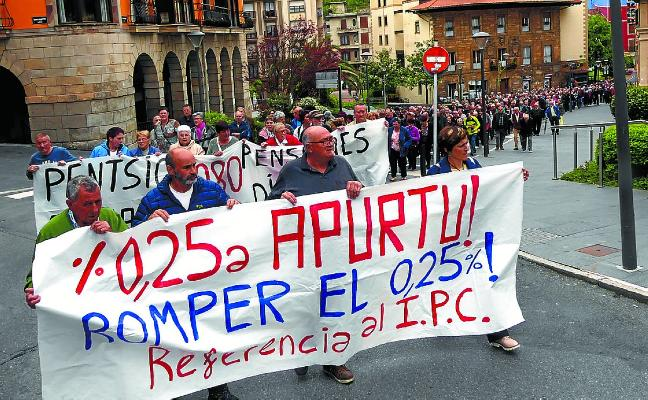Medio millar de pensionistas se manifestaron ayer