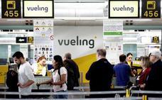 Vueling cancela hoy doce vuelos con salida y destino Bilbao por la huelga de sus pilotos
