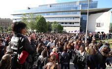 «Yo sí te creo. Nos tocan a una, nos tocan a todas», corean miles de personas en Donostia