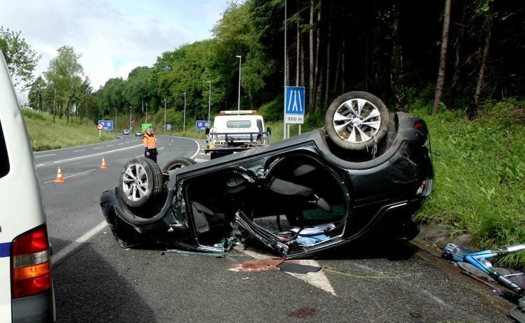 Un muerto y un herido tras volcar un coche en la variante de Donostia