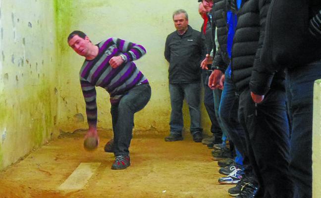 Unai Loiola recupera el liderato del campeonato de bolos en Aiastia-San Miguel