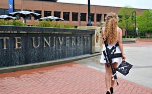 Asiste a su graduación con un rifle de asalto