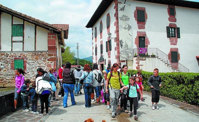 Zugarramurdi inaugura dos exposiciones por el Día de los Museos