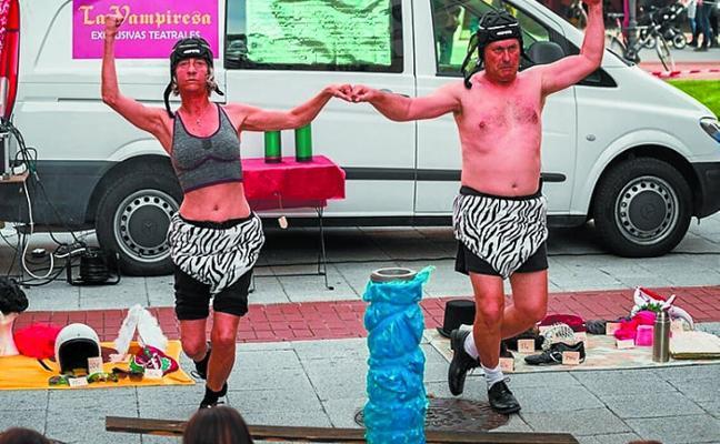 Sardina Bakalau y Sefini, teatro de calle para estrenar Kalegiroan con buen humor