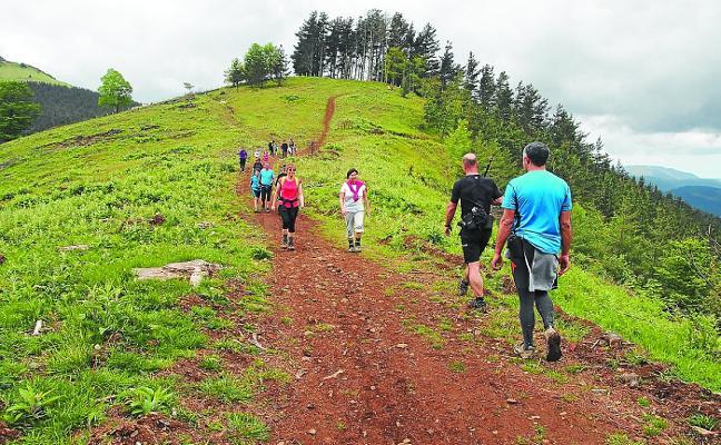 Campaña de Morkaiko para mejorar la señalización de las rutas de montaña