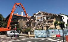 Derriban una villa no protegida en la calle Infanta Cristina para hacer pisos de lujo