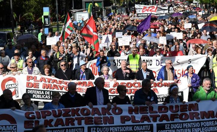 Masiva manifestación por las pensiones en Donostia
