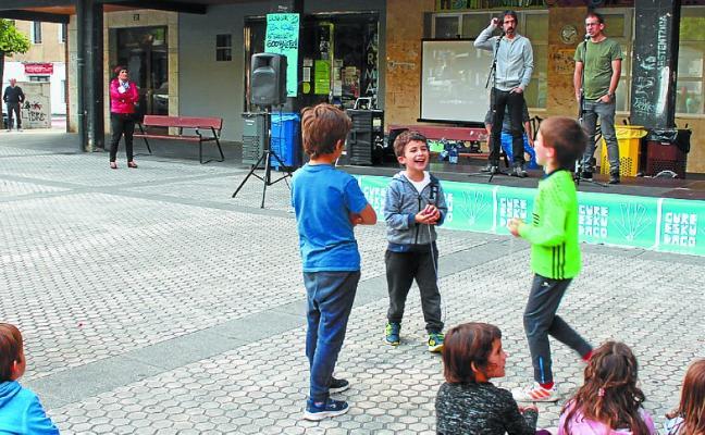 Gure Esku Dago organizó una fiesta en torno a la cadena humana de junio
