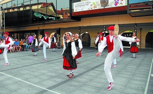 Grupos de Donostia y Gasteiz junto a Erketz hoy en el IV Dantzari Eguna