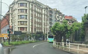 Fallece un motorista de San Pedro tras impactar contra un árbol en Donostia