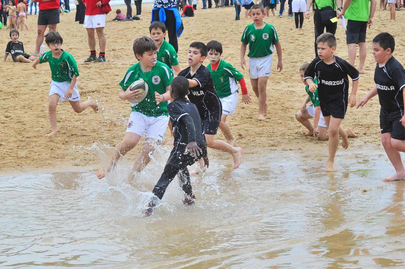 El rugby infantil se juega en la playa