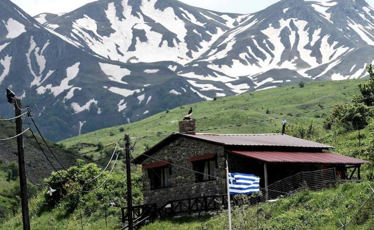 Recolectores de Albania en busca de hierbas aromáticas en los prados de Grecia