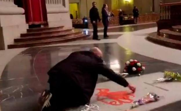 Un artista pinta una paloma en la tumba de Franco (vídeo)