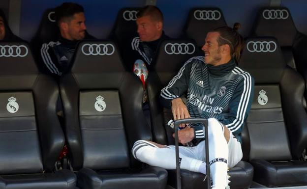 Bale scherzt mit Isco und Kroos während des Spiels gegen Betis.