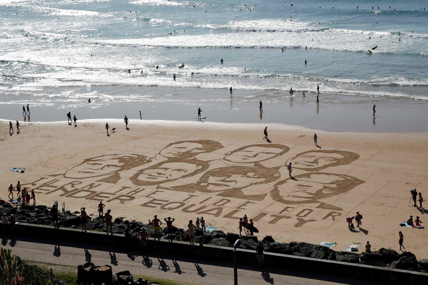 Drawing on a beach in Biarritz with the faces of the leaders of the g-7 made by local artist Sam Dougados with a message in defense of gender equality.