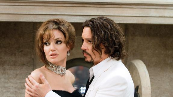Escena de la película 'The tourist', interpretada por Johnny Depp y Angelina Jolie./