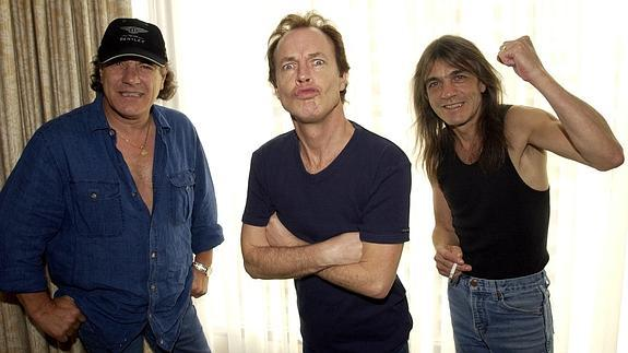 Brian Johnson, Angus Young, y Malcolm Young.