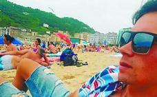 Primoz Roglic ya está en Donostia para la Clásica y ayer se acercó a la playa