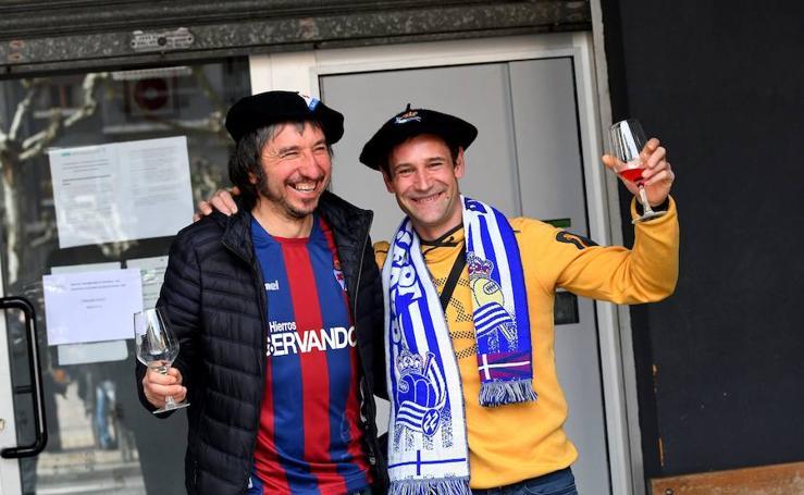 Los aficionados del equipo armero y de la Real Sociedad se hacen con las calles de Eibar