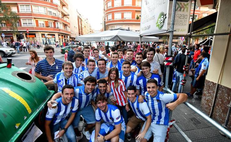 Buen ambiente antes del derbi entre la Real Sociedad y el Athletic en las calles de Bilbao