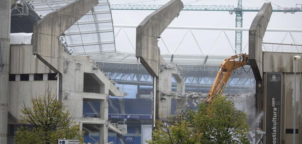 La demolición de la tribuna norte de Anoeta pisa el acelerador