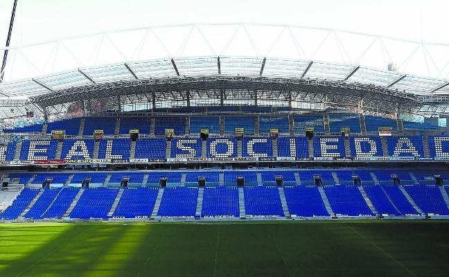 La tribuna Este Alta del estadio de Aneota luce la nueva imagen