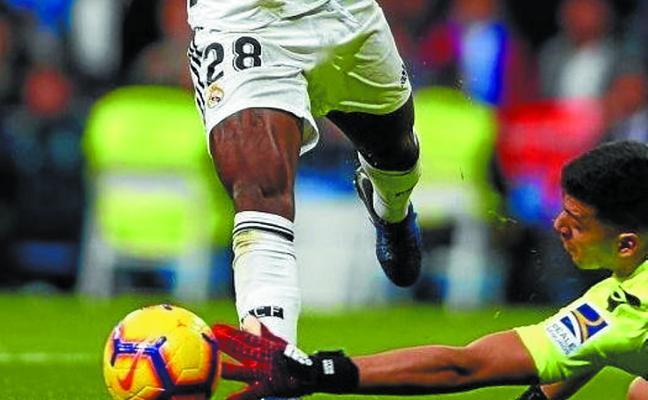 Rulli y Vinicius se enredan con el supuesto penalti