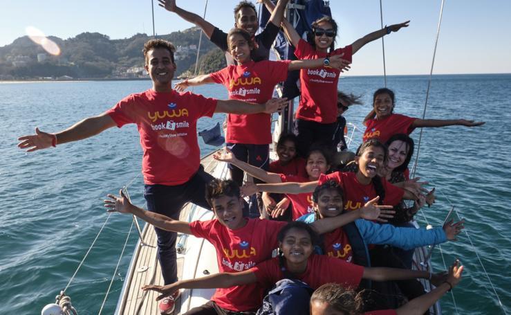 Las indias de Yuma, en velero en La Concha