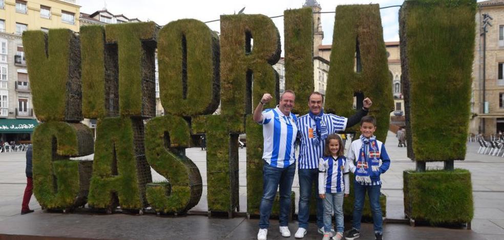 La afición txuri-urdin toma las calles de Vitoria
