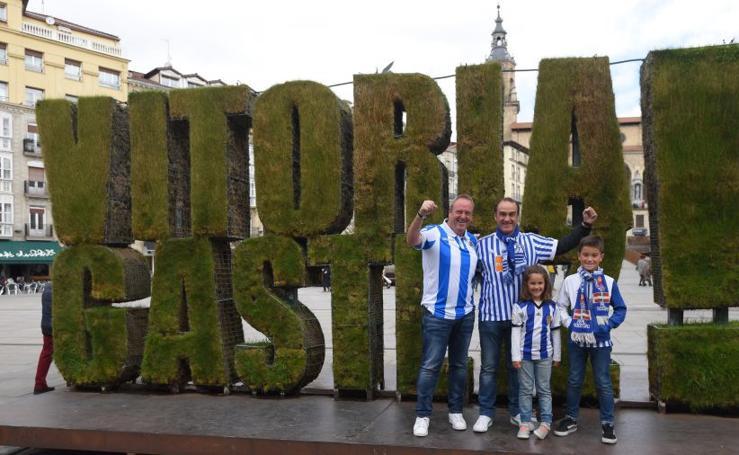 La afición txuri - urdin toma las calles de Vitoria