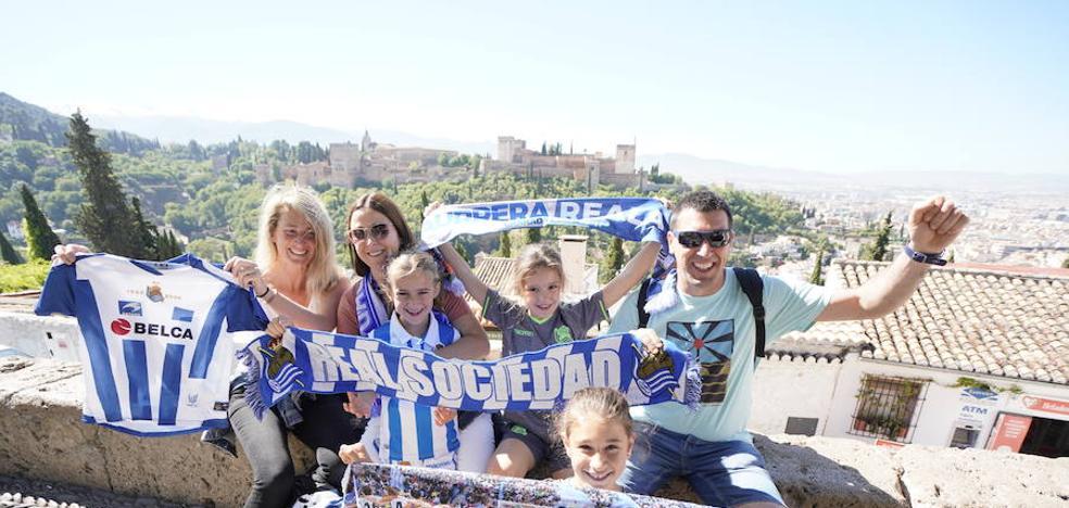 Granada se tiñe de blanco y azul