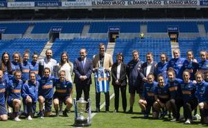 Pedro Sánchez visita a las campeonas de Copa en Anoeta