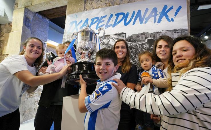 Todos quieren una foto con la Copa