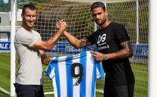 Willian José recibe el dorsal 9 de la Real Sociedad de manos de Agirretxe