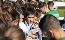 Los más pequeños disfrutan viendo el entrenamiento de la Real en Zubieta