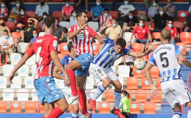 Aranbarri observa una disputa de balón de Aldasoro. /CARLOS CASTRO / PRENSA2