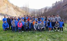 Jugadores y jugadoras del Eibar plantaron 50 fresnos y robles